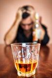 Hombre borracho y deprimido enviciado al alcohol Imagen de archivo libre de regalías