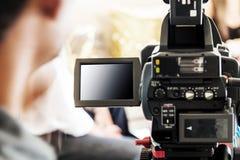 Hombre borroso con la cámara de vídeo Imágenes de archivo libres de regalías