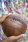 Hombre brasileño que sostiene el balón de fútbol que ruega a Salvador Bahia foto de archivo libre de regalías