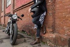 Hombre brutal cerca de su moto de la aduana del corredor del café Imagen de archivo