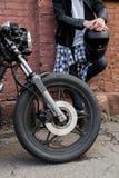 Hombre brutal cerca de su moto de la aduana del corredor del café Imagenes de archivo