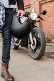 Hombre brutal cerca de su moto de la aduana del corredor del café Fotos de archivo libres de regalías
