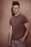 Hombre brutal hermoso en vidrios foto de archivo libre de regalías