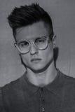 Hombre brutal hermoso en vidrios Retrato imagen de archivo libre de regalías