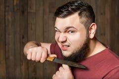 Hombre brutal que afeita con el cuchillo Foto de archivo