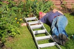 Hombre caido de la escalera inconsciente. Foto de archivo libre de regalías