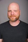 Hombre calvo amistoso con una barba Imagen de archivo