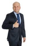 Hombre calvo con el traje y los pulgares para arriba en el fondo blanco Fotografía de archivo libre de regalías