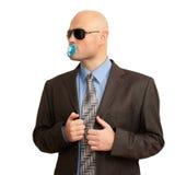 Hombre calvo divertido en juego con el soother Foto de archivo