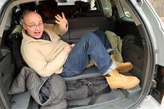 Hombre calvo en tronco de coche Fotografía de archivo libre de regalías