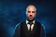 Hombre calvo en un fondo oscuro Foto de archivo libre de regalías