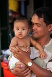 Hombre camboyano con el bebé Imagenes de archivo