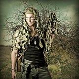 Hombre camuflado militar con automático Foto de archivo