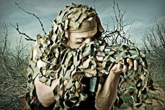 Hombre camuflado militar con automático Fotos de archivo