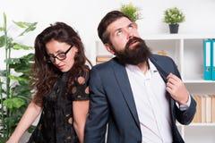 Hombre cansado con la barba y mujer atractiva Compañeros de trabajo jovenes businesspeople Trabajo en equipo Pares del asunto en  foto de archivo