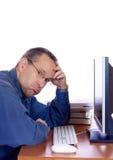 Individuo cansado del ordenador Fotos de archivo