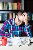 Hombre cansado deprimido que lleva a cabo su cabeza Imagen de archivo libre de regalías