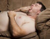 Hombre cansado que bosteza Imagen de archivo libre de regalías