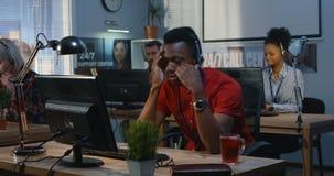Hombre cansado que trabaja en un centro de ayuda