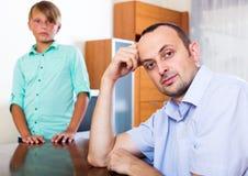 Hombre cansado y adolescente frustrado Imágenes de archivo libres de regalías
