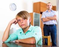 Hombre cansado y adolescente frustrado Foto de archivo libre de regalías