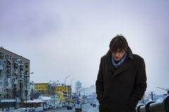 Hombre cargado de espaldas, contra el contexto de una calle de la ciudad, día, al aire libre Imagen de archivo libre de regalías