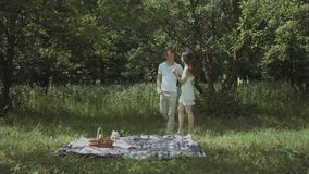Hombre cariñoso que hace sorpresa romántica a su mujer