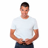 Hombre carismático que manda un SMS a un mensaje con el teléfono móvil Imágenes de archivo libres de regalías