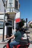 hombre Casco-que lleva en una moto que monta abajo de San Francisco Street Imagen de archivo
