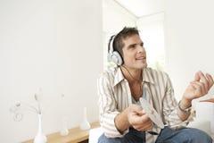 Hombre casero de la tecnología con los auriculares Fotos de archivo
