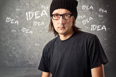 Hombre casual con el casquillo negro con ideas Imagen de archivo