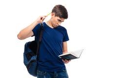 Hombre casual con el libro de lectura de la mochila Imagenes de archivo