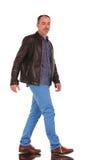 Hombre casual confiado que camina en estudio Fotos de archivo libres de regalías