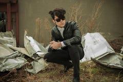 Hombre casual de la moda que se sienta afuera Imagen de archivo libre de regalías