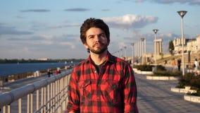 Hombre casual feliz, joven que camina con la costa que mira alrededor almacen de metraje de vídeo
