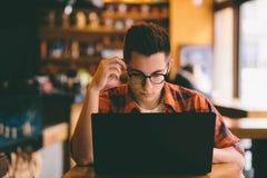 Hombre casual feliz que usa el ordenador portátil Foto de archivo libre de regalías
