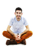 Hombre casual joven que se sienta en piso Fotografía de archivo libre de regalías