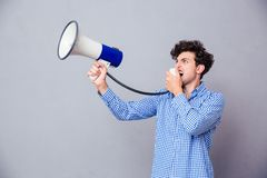 Hombre casual que grita en el megáfono Imagen de archivo libre de regalías