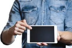 Hombre casual que muestra la pantalla de tableta digital en manos Aislado en blanco Imagen de archivo libre de regalías