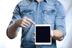 Hombre casual que muestra la pantalla de tableta digital en manos Aislado en blanco Fotos de archivo libres de regalías