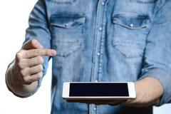 Hombre casual que muestra la pantalla de tableta digital en manos Aislado en blanco Fotos de archivo