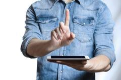 Hombre casual que muestra la pantalla de tableta digital en manos Aislado en blanco Foto de archivo libre de regalías