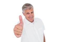 Hombre casual que muestra los pulgares para arriba en la cámara Imágenes de archivo libres de regalías
