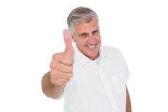 Hombre casual que muestra los pulgares para arriba en la cámara Fotografía de archivo