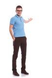 Hombre casual que presenta algo en la parte posterior Imagen de archivo libre de regalías