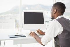 Hombre casual que trabaja en el escritorio con el ordenador y el digitizador fotografía de archivo