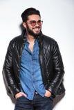 Hombre casual sonriente feliz en la chaqueta de cuero Imagen de archivo