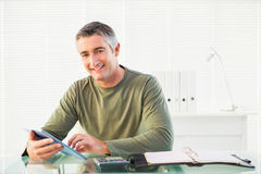 Hombre casual sonriente que usa la PC de la tableta Imagen de archivo libre de regalías