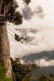 Hombre caucásico adulto que balancea en un oscilación en Banos De Agua Papá Noel Foto de archivo libre de regalías