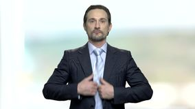 Hombre caucásico atractivo que se prepara para la reunión de negocios metrajes